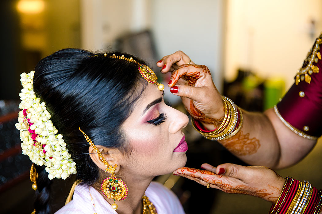 indian brides mother puts on wedding jewelry | fort lauderdale indian wedding photographer