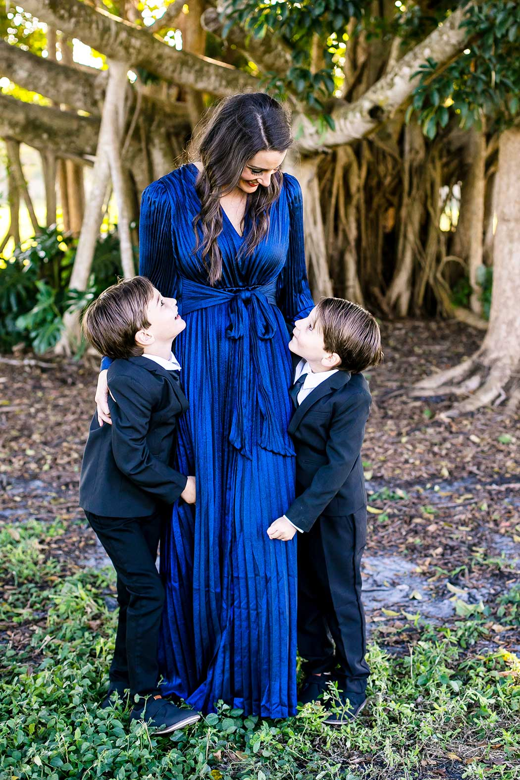 mom poses with twins in family photography | mom and twin photography fort lauderdale | twins pose with mum at robbins preserve | mom and son photography